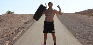 Huck - Reifen mit einer Stahlkette die Berge in der Wüste Nevadas hoch ziehen