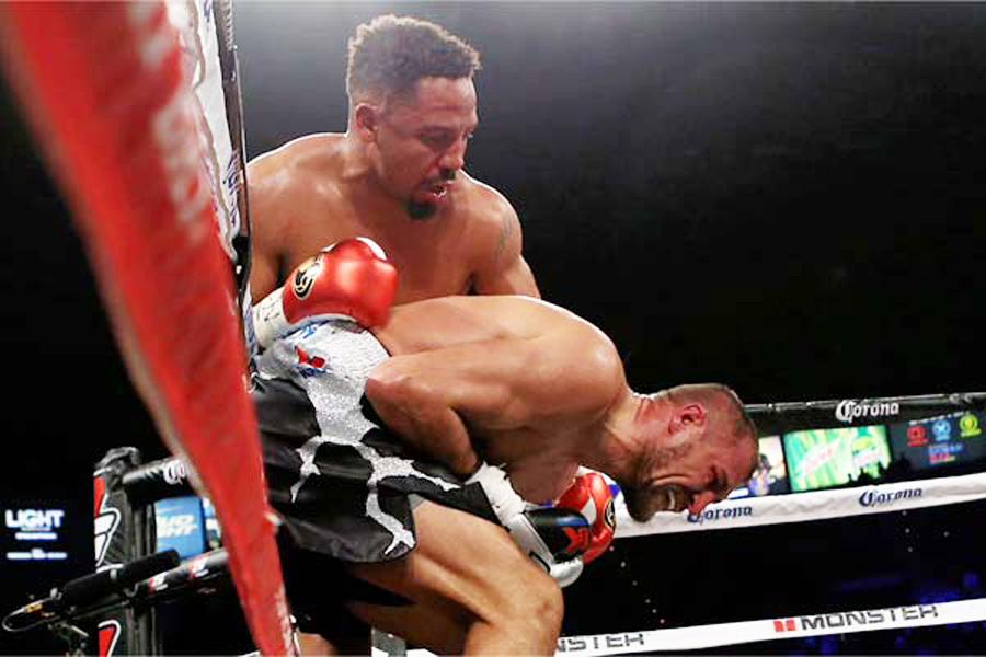 Kovalev beugt sich nach den drei Tiefschlägen mit schmerzverzehrtem Gesicht nach unten. Das war der Grund für Ringrichter Tony Week den Kampf ohne anzuzählen abzubrechen.