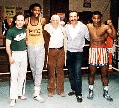 1983: Lewis der zweite von links, Cus D'Amato in der Mitte, Tyson ganz rechts