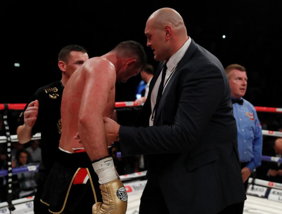 Tyson Fury tröstet seinen Cousin Hughie Fury nach verlorenem WM-Kampf