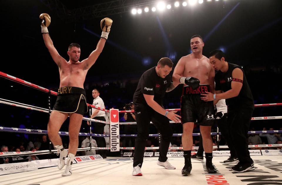 Ende der 12. Runde und Hughie Fury reißt die Arme nach oben, er und seine Ecke denkt den Kampf gewonnen zu haben.