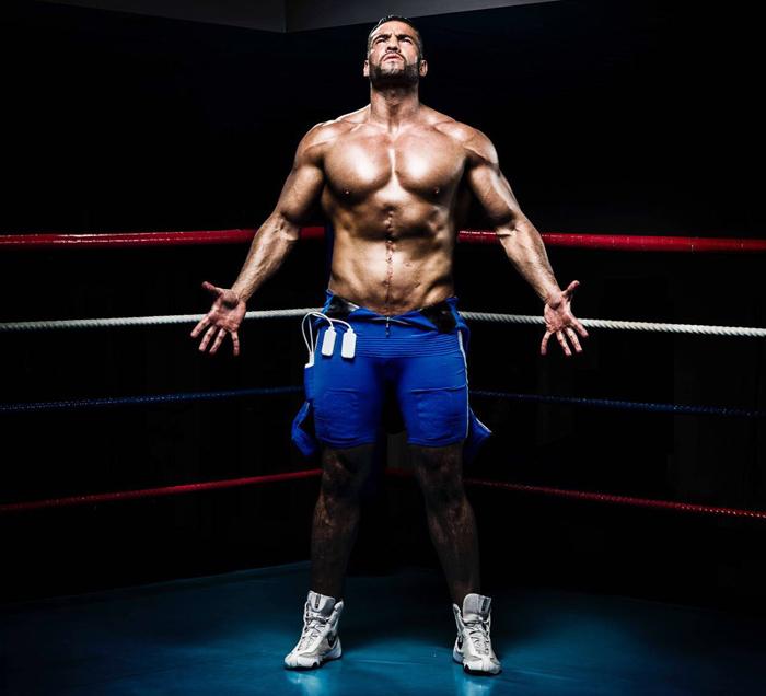 Hier auf einem aktuellen Foto von Manuel Charr sieht man deutlich das Training der letzten Monate. Mit solch ausgeprägten modellierten Körper hat man Charr in der Vergangenheit noch nie gesehen.