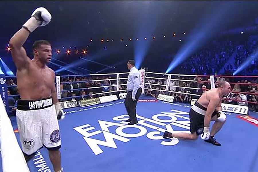 In der 8. Runde des WM Kampfes in Oberhausen, schlug der neue WBA Weltmeister Manuel Charr Alexander Ustinov mit einem linken Haken schwer zu Boden.