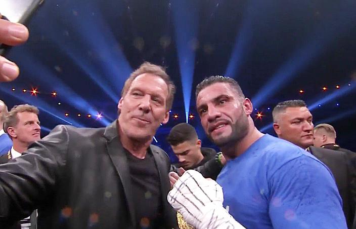 Noch im Ring schoss Charr-Freund Ralf Möller von sich und dem neuen Weltmeister ein Selfi.