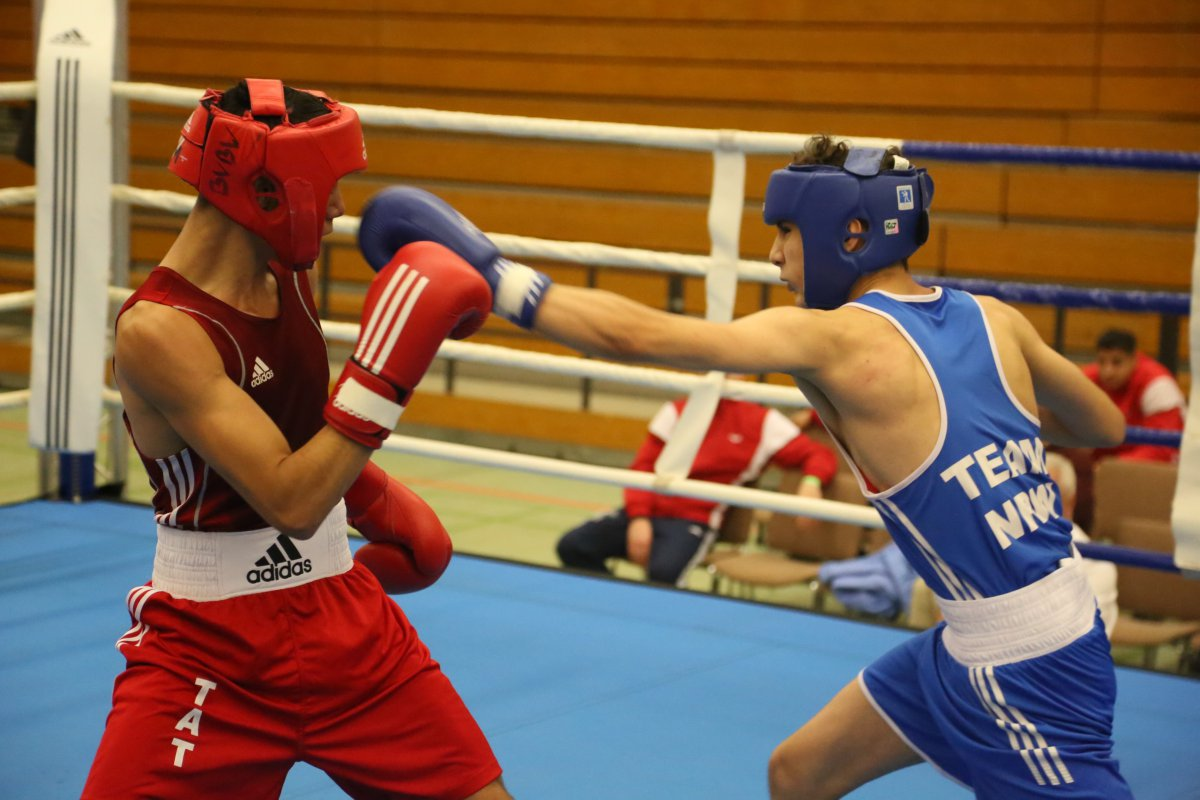 Rasul Hamat, NRW (blau) besiegt Martin Pavolic, BW