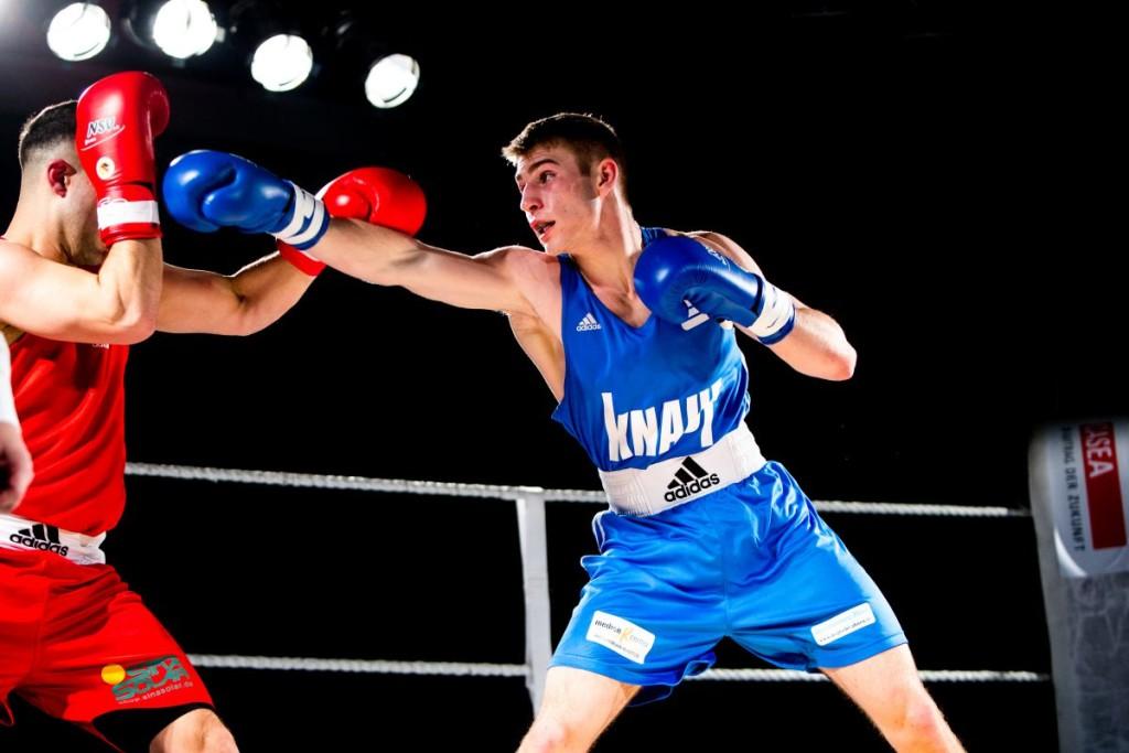 Richard Meinecke (blaue Handschuhe) gewann sein Duell / Fotograf: Christoph Keil