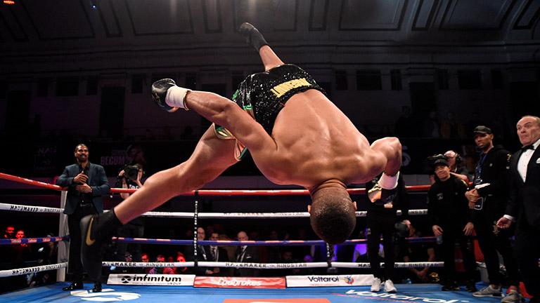 Nach seinem beeindruckenden KO-Sieg, machte Joyce noch einen Flick Flack im Ring