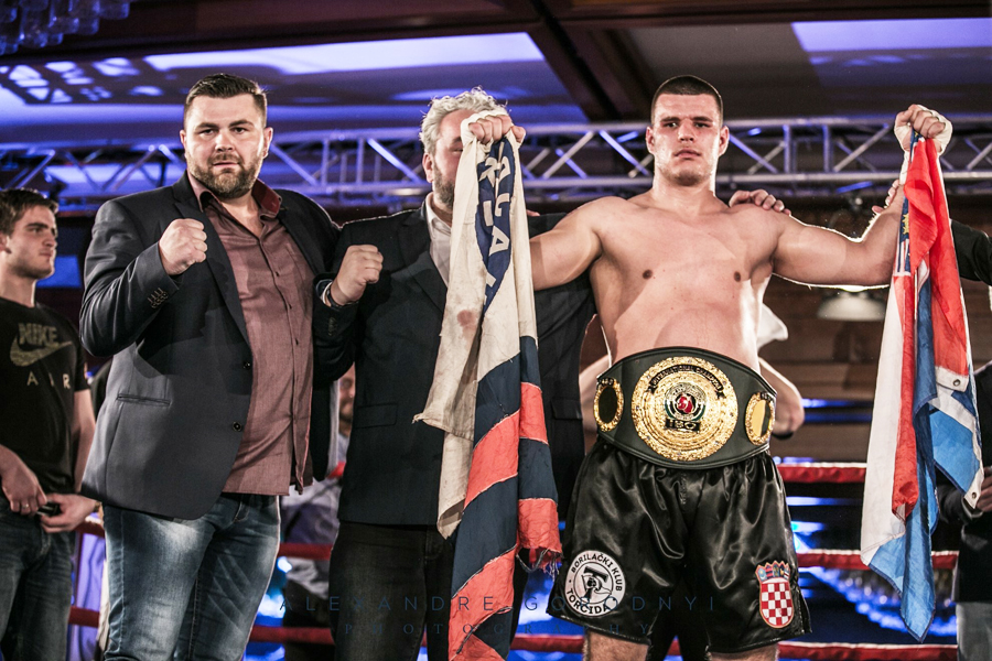 """Der in  11 Kämpfen ungeschlagene Petar """"Anton"""" Milas aus Spöit in Kroatien, besiegte nach einer großartigen Leistung den IBO International Championship Kevin Johnson aus den USA. nach acht Runden durch Abbruch."""