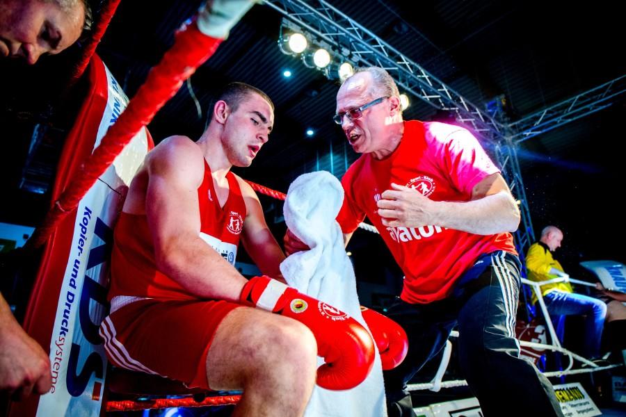 Rundenpause Arthur Mattheis mit der Ansprache an seinen Athleten / Foto: Christoph Keil