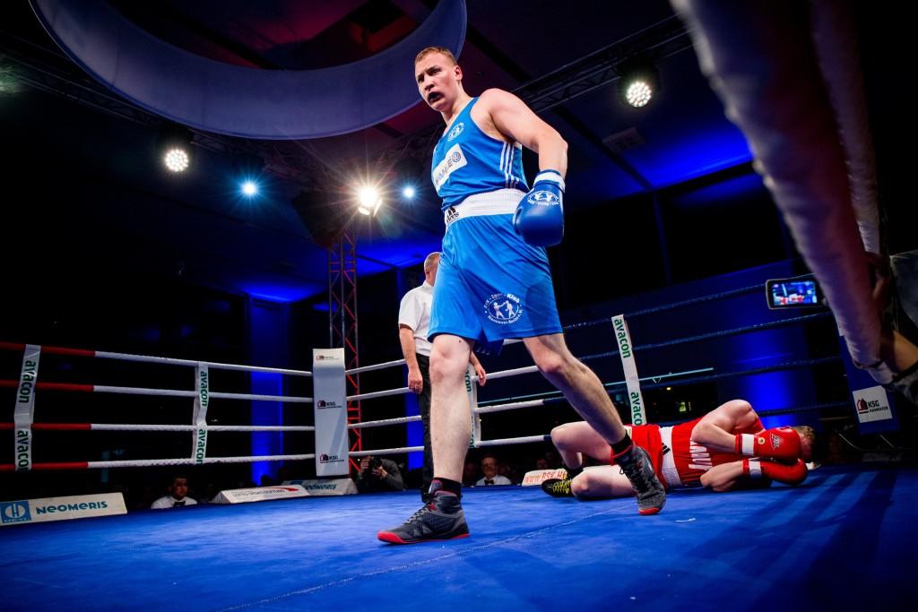 Steve Wasielewski - am Boden - hatte gegen Superschwergewichtler Oleksander Babych keine Chance. Dennoch Respekt für seinen Einsatz / Foto: Christoph Keil