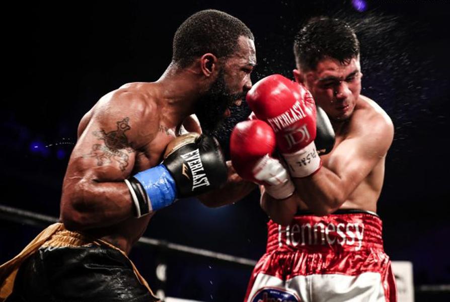 WBC-Champion im Federgewicht Gary Russell Jr. (29-1, 17 KOs)beeindrucktemit seinem unglaublichen Handspeed undeiner hohen Workrateund besiegte seinen Herausforderer, den Olympia-Teilnehmer von 2012Joseph Diaz Jr. (26-1, 14 KOs) durch eine einstimmige Punkt-Entscheidung nach 12 Runden. Diedrei Punktrichter am Ring werteten den Kampf am Ende der 12 Runden 115-113, 117-111, 117-111 für den alten und neuen Weltmeister Gary Russell jr., wobei der Punktrichter der 115-113 wertete wohl einen anderen Kampf sah, denn Diaz konnte maximal drei der zwölf Runden für sich entscheiden.